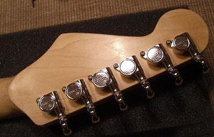 Die Fenderkopfplatte mit den vernickelten Kluson M6-Tunern