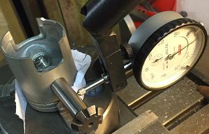 Der Kolben wird auf der Fräsmaschine ausgewinkelt